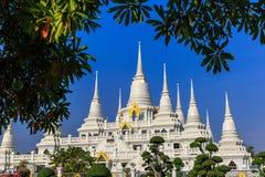 许多蓝天的白色塔在寺庙在wat asogaram samutpra 库存图片