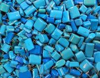 许多蓝色电容器当电子背景 免版税库存照片