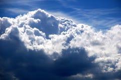 许多蓝色的克洛天空白色 免版税库存照片