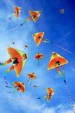 许多蓝色的风筝天空 免版税库存图片