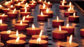 许多蜡烛在黑暗烧 特写镜头非常eyedroppers高分辨率视图 影视素材