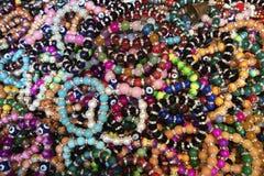 许多被仿造的串珠的镯子一起 免版税库存照片