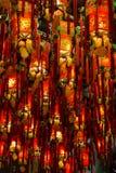 许多被点燃的红色灯/灯笼特写镜头在寺庙 图库摄影