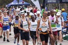 许多观众和赛跑者Marathon同志的 库存照片