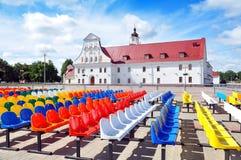 许多观众的五颜六色的塑料位子 免版税库存照片