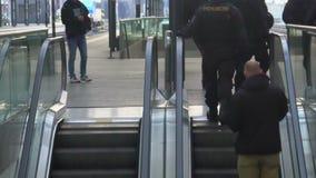 许多警察巩固的火车站,巡逻城市的警察小队 影视素材