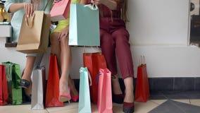许多购物的包裹在时尚女孩的手上认为从昂贵的商店的购买正是季节折扣和 影视素材