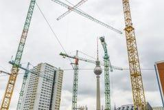 许多起重机在街市的柏林 库存图片