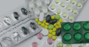 许多转动的药片和药物 药片和片剂,天线罩包装转动 股票视频