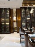 许多酒和它的内阁在dinning的屋子在旅馆里 库存图片