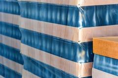 许多酒瓶为批发包装了在酿酒厂 免版税库存图片