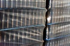 许多酒瓶为批发包装了在酿酒厂 库存照片