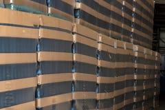 许多酒瓶为批发包装了在酿酒厂 库存图片
