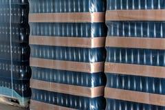 许多酒瓶为批发包装了在酿酒厂 图库摄影
