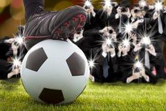 许多采取优胜者足球运动员脚的摄影师 免版税库存照片