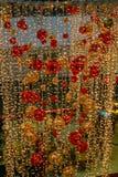 许多金子和红色圣诞节球 图库摄影