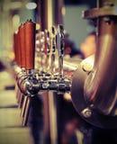 许多金属化与木把柄的轻拍桶装啤酒的 免版税库存照片