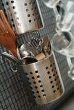 许多金属化厨房器物 免版税库存照片