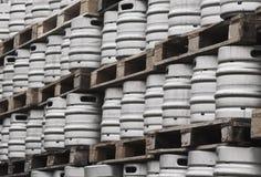 许多金属化小桶啤酒 免版税库存照片
