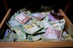 许多钞票是在抽屉里面 库存图片