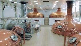 许多钢罐在工厂酿造啤酒在设施屋子 股票录像