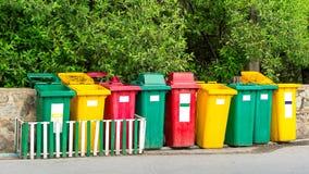 许多颜色回收站 免版税库存照片