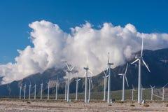 许多风力机在有多云skys的沙漠 免版税库存图片