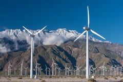 许多风力机在有多云skys的沙漠 免版税图库摄影