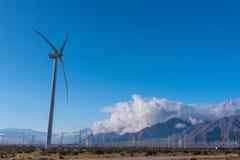 许多风力机在有多云skys的沙漠 库存照片