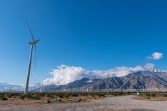 许多风力机在有多云skys的沙漠 免版税库存照片