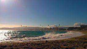 许多风筝冲浪者在一个晴天在西班牙,在镇Palamos附近的肋前缘的Brava, 股票录像