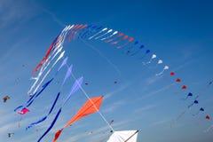 许多风筝飞行 免版税库存照片