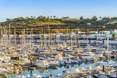 许多风船和汽艇在五颜六色的小游艇船坞,阿尔布费拉, Alg 免版税库存照片