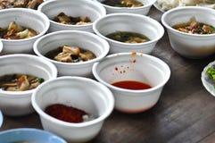 许多食物的类型在泡沫碗容器的在木地板电话种类 免版税库存照片
