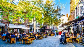 许多餐馆和客栈大阳台和露台消磨时间和朋友一起在古城马斯特里赫特的中心 免版税库存照片