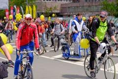 许多骑自行车者参加自行车游行在市中心附近 图库摄影