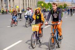 许多骑自行车者参加自行车游行在市中心附近 库存图片