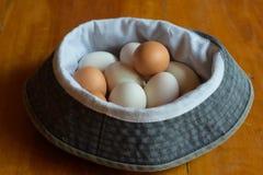 许多鸡蛋在地板被安置 免版税图库摄影