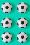 许多黑白足球背景 橄榄球球在水中 免版税图库摄影
