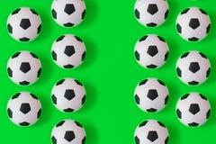 许多黑白足球背景 橄榄球球在水中 皇族释放例证