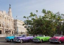 许多经典汽车在系列停放在哈瓦那市的古巴 库存图片