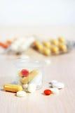 许多医学片剂和药片在塑料一点玻璃 库存图片