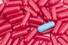 许多医学红色药片胶囊 免版税库存照片