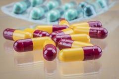 许多医学药片胶囊 库存照片