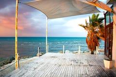 许多离开的餐馆之一在拉纳卡,塞浦路斯 库存照片