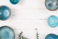 许多绿松石空的陶瓷板材 平的位置 免版税图库摄影