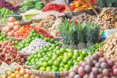 许多水果和蔬菜在一个市场上在河内,越南 免版税图库摄影
