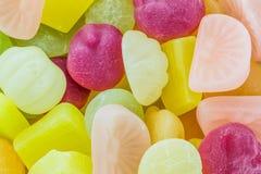 许多结果实胶粘的五颜六色的糖果 免版税图库摄影