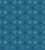 许多轻的雪花的黑暗的无缝的样式在蓝色backgroun的 皇族释放例证