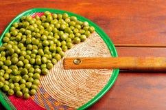 许多绿色利马豆好的显示  在木表面的精美布局 库存照片